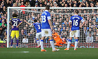 Pictured: Gerhard Tremmel of Swansea (in ornage) concedes a goal from a penalty kick taken by Leighton Baines of Everton (3). Sunday 16 February 2014<br />