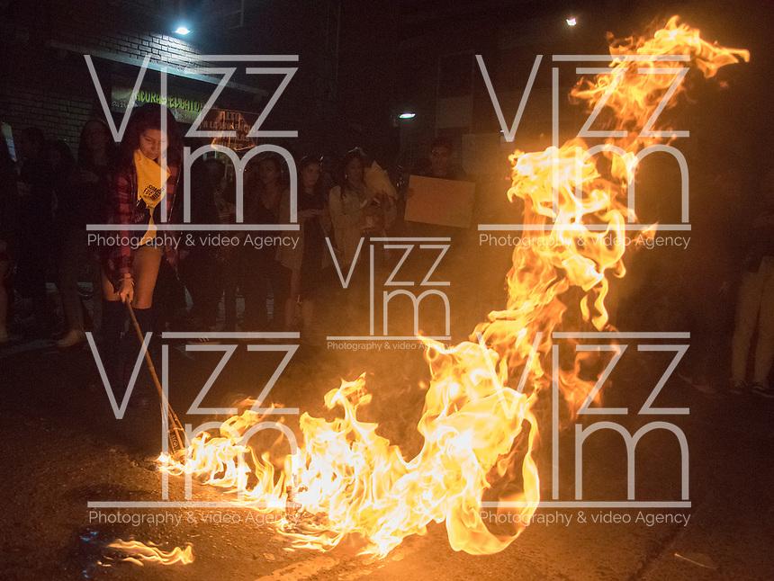 BOGOTA - COLOMBIA, 08-03-2019: En el Día de la Mujer, cientos de mujeres salieron a la calle a marchar para exigir derechos e igualdad de genero. / in the women´s day, hundreds of women came out to the street to demand rights and gender equality . Photo: VizzorImage / Nicolas Aleman / Cont