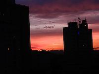 ATENÇÃO EDITOR: FOTO EMBARGADA PARA VEÍCULOS INTERNACIONAIS. - SÃO PAULO - SP - 18 DE DEZEMBRO 2012. CLIMA/TEMPO, amanhecer com o ceu vermelho em São Paulo - SP, nesta terça-feira(18). Foto: Mauricio Camargo/Brazil Photo Press.