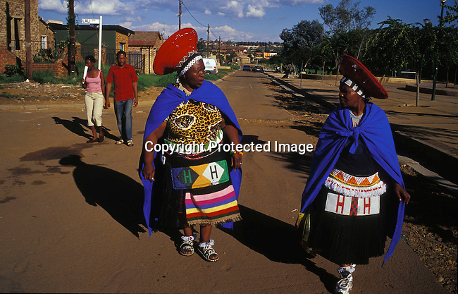 dicuzul00026 Culture Zulu Two women dressed in traditional Zulu dress are going to a Zulu wedding in Soweto, SA. Many people come from rural areas to Johannesburg to look for work. .©Per-Anders Pettersson/iAfrika Photos