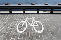 Plek om fietsen te stallen bij het IJ in Amsterdam