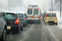 - Milan, ambulance trapped in traffic under the Snow....- Milano, ambulanza bloccata nel traffico sotto la neve