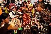01.12.2008 Varanasi(Uttar Pradesh)<br /> <br /> Families of the groom and bride eating in the ghat during wedding season.<br /> <br /> familles du mari&eacute; et de la mari&eacute;e en train de manger sur le ghat pendant la saison des mariages.