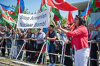 Kundgebung anlaesslich des Besuch des Aserbaidschanischen Praesidenten Ilham Alijew bei Angela Merkel am Dienstag den 7. Juni 2016 vor dem Bundeskanzleramt.<br /> Aserbaidschaner und Tuerken begruessten mit einer Kundgebung den Aserbaidschanischen Praesidenten Alijew. Mit Sprechchoeren liessen sie ihn hochleben und forderten die Bundesregierung auf, gegen den die Politik des Nachbarstaat Armenien aktiv zu werden. Armenien wuerde planen Atombomben zu bauen, um sie gegen Aserbaidschan einzusetzen und Aserbaidschniasches Territorium besetzt halten.<br /> 7.6.2016, Berlin<br /> Copyright: Christian-Ditsch.de<br /> [Inhaltsveraendernde Manipulation des Fotos nur nach ausdruecklicher Genehmigung des Fotografen. Vereinbarungen ueber Abtretung von Persoenlichkeitsrechten/Model Release der abgebildeten Person/Personen liegen nicht vor. NO MODEL RELEASE! Nur fuer Redaktionelle Zwecke. Don't publish without copyright Christian-Ditsch.de, Veroeffentlichung nur mit Fotografennennung, sowie gegen Honorar, MwSt. und Beleg. Konto: I N G - D i B a, IBAN DE58500105175400192269, BIC INGDDEFFXXX, Kontakt: post@christian-ditsch.de<br /> Bei der Bearbeitung der Dateiinformationen darf die Urheberkennzeichnung in den EXIF- und  IPTC-Daten nicht entfernt werden, diese sind in digitalen Medien nach §95c UrhG rechtlich geschuetzt. Der Urhebervermerk wird gemaess §13 UrhG verlangt.]