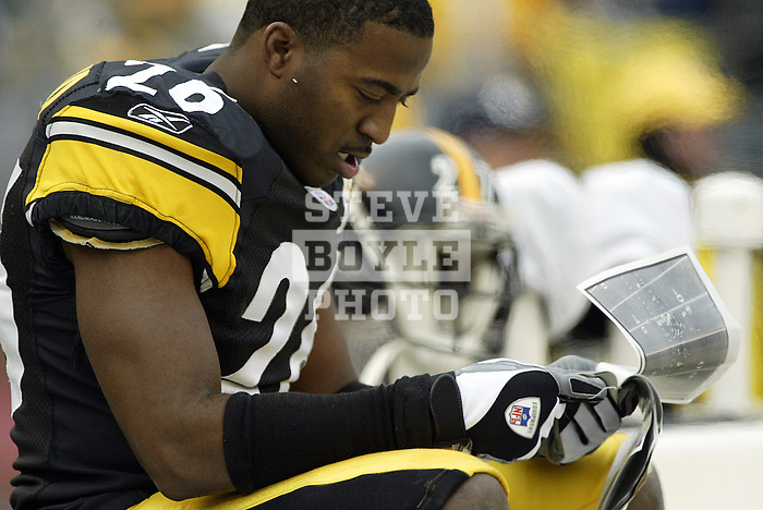 Football, NFL.Pittsburgh Steelers cornerback Deshea Townsend (26) looks over pictures on the sideline during a game against the Baltimore Ravens at Heinz Field in Pittsburgh, Pennsylvania.  The Steelers defeated the Ravens 20-7..December 26, 2004.