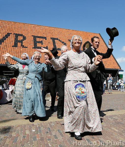 Nederland Zaanstad 2016. Folkloredag in Zaanse Schans. Dansgroep Hoogwoud uit West-Friesland. Foto Berlinda van Dam / Hollandse Hoogte