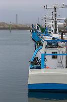 France, Bretagne, (29), Finistère, Penmarch, Saint-Guénolé: le port, bateaux de pêche, bolincheurs  et   phare d'Eckmühl