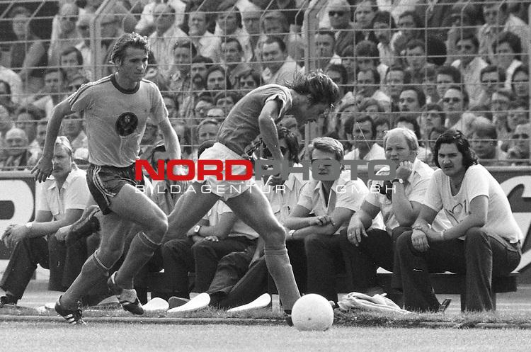 BS-Werder Bremen. Aus 1. BL Eintracht Braunschweig gegen Werder Bremen 3:2 am 30.08.1975.BS Sieler ist Wolfgang Dremmler. Werder Spieler Werner Weist ??.                                                                                                    Foto:  nph / Rust