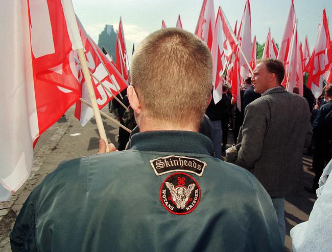 Etwa 4.000 Mitglieder und Sympathiesanten der NPD kamen zu einer Kundgebung vor das Voelkerschlachtdenkmal in Leipzig. Die NPD hatte 10.000 bis 15.000 Teilnehmer angekuendigt.<br /> Hier: Die Fahnentraeger in medienwirksamer Aufstellung. Der Skinhead bezeichnet sich selbst als einen Krieger Wotans (Germanischer Kriegsgott).<br /> 1.5.1998, Leipzig<br /> Copyright: Christian-Ditsch.de<br /> [Inhaltsveraendernde Manipulation des Fotos nur nach ausdruecklicher Genehmigung des Fotografen. Vereinbarungen ueber Abtretung von Persoenlichkeitsrechten/Model Release der abgebildeten Person/Personen liegen nicht vor. NO MODEL RELEASE! Nur fuer Redaktionelle Zwecke. Don't publish without copyright Christian-Ditsch.de, Veroeffentlichung nur mit Fotografennennung, sowie gegen Honorar, MwSt. und Beleg. Konto: I N G - D i B a, IBAN DE58500105175400192269, BIC INGDDEFFXXX, Kontakt: post@christian-ditsch.de<br /> Bei der Bearbeitung der Dateiinformationen darf die Urheberkennzeichnung in den EXIF- und  IPTC-Daten nicht entfernt werden, diese sind in digitalen Medien nach &sect;95c UrhG rechtlich geschuetzt. Der Urhebervermerk wird gemaess &sect;13 UrhG verlangt.]