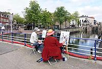 Nederland - Zaandam - 2019.  Monet Art Festival. En Plein Air schilderen. Twee vrouwen schilderen de oude sluis.   Foto mag niet in negatieve context gepubliceerd worden. Foto Berlinda van Dam / Hollandse Hoogte