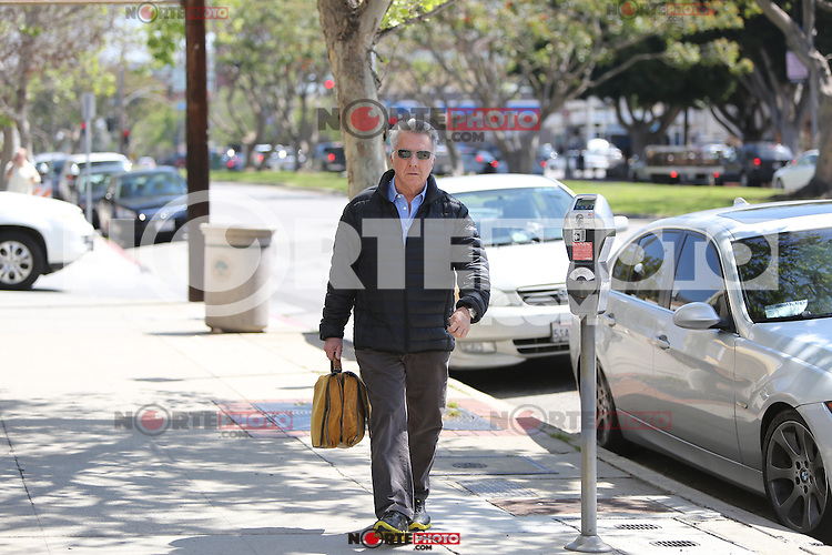 April 3 2014 Dustin Hoffman seen leaving the Brentwood Clinic in Brentwood California SP1/Starlitepics