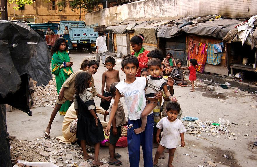 India, Calcutta / Kolkata, 3 maart 2005.Wonen op straat..Met een aantal meisjes langs de plekken waar hun ouders wonen. Soms onder een stuk zeil op een trottoir, in het beste geval in een hutje op een dak van een gebouw...Foto (c) Michiel Wijnbergh