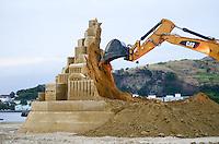 NITEROI, RJ, 11.11.2014 - CASTELO DE AREIA / DEMOLIÇÃO -  Castelo de areia gigante de aproximadamente 12 metros de altura que foi esculpido no caminho Oscar Niemeyer, espaço público no centro de Niterói (RJ).  Foi demolido no inicio da noite desta terca-feira, 11. Após verifição da equipe do Guiness Book. O projeto é idealizado pelo americano Rusty Croft, reconhecido escultor de areia que coleciona inúmeros prêmios mundiais. (Foto: Jorge Hely / Brazil Photo Press).