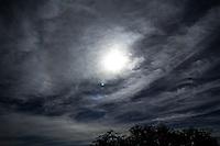 SAO PAULO, SP - 14.02.2017 - CLIMA-SP - A cidade de S&atilde;o Paulo amanhece com o sol escondido atr&aacute;s das nuvens e com temperaturas acima de 23&ordm; na manh&atilde; desta ter&ccedil;a-feira (14).<br /> <br /> (Foto: Fabricio Bomjardim / Brazil Photo Press)