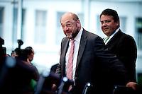 Der Präsident des Europäischen Parlamentes Martin Schulz und Bundeswirtschaftsminister und Vizekanzler Sigmar Gabriel (SPD) kommen am Montag (05.05.14) in Berlin in die Bundespressekonferenz.