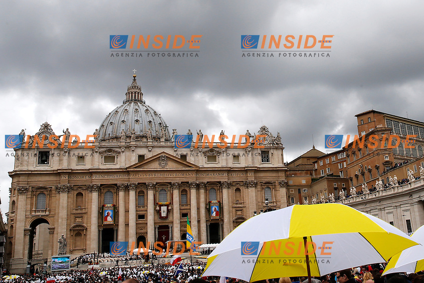 Basilic View<br /> Citta' del Vaticano 27-04-2014 Piazza San Pietro <br /> Canonizzazione di Giovanni XXIII e Giovanni Paolo II <br /> John XXIII and John Paul II canonization of two popes <br /> Foto Sebastian Seglingen Insidefoto