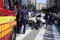 SAO PAULO, 25 DE JULHO DE 2012 - ACIDENTE MOTOCICLISTA - Bombeiros socorrem motociclista acidentado na rua Xavier de Toledo na tarde desta quarta feira, regiao central da capital. Nao houve mais envolvidos no acidente. FOTO: ALEXANDRE MOREIRA - BRAZIL PHOTO PRESS