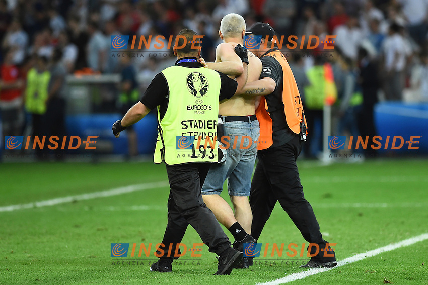 A man blocked by stewards after a pitch invasion. <br /> Invasione di campo <br /> Marseille 11-06-2016 Stade Velodrome football Euro2016 England - Russia  / Inghilterra - Russia Group Stage Group B. Foto Massimo Insabato / Insidefoto