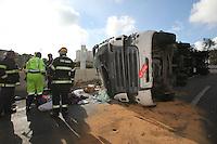 SAO PAULO, SP, 22/12/2013, SAQUE CARGA. Uma carreta que transportava cargas variadas, tombou na manhã desse Domingo (22) na alça de acesso a Rod Fernão Dias, no municipio de Guarulhos. Pelo menos uma Tv de 76 polegadas foi saqueada. LUIZ GUARNIERI/ BRAZIL PHOTO PRESS.