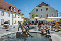 Deutschland, Bayern, Mittelfranken, Naturpark Altmuehltal, Treuchtlingen: Brunnen und Eisdiele in der Marktgasse | Germany, Bavaria, Middle Franconia, Nature Park Altmuehl Valley, Treuchtlingen: fountain and ice cream parlour at lane Marktgasse