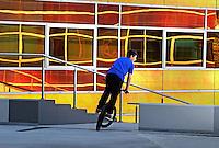 Jongen op BMX bij het UWV gebouw in Almere