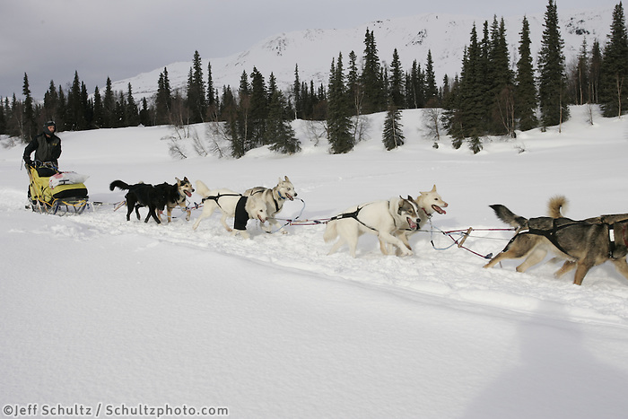 Mitch Seavey on the trail nearing the Finger Lake checkpoint.  Alaska Range background. 2005 Iditarod Sled Dog Race