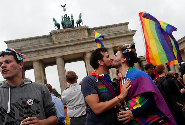 BE61 BERLÍN (ALEMANIA) 30/06/2017.- Varias personas celebran la aprobación de la legalización del matrimonio homosexual en el Parlamento ante la Puerta de Brandemburgo en Berlín (Alemania) hoy, 30 de junio de 2017. El pleno de la Cámara baja alemana aprobó hoy la legalización del matrimonio homosexual, un proyecto impulsado por los socialdemócratas rompiendo el acuerdo de coalición con los conservadores de la canciller, Angela Merkel. EFE/Felipe Trueba