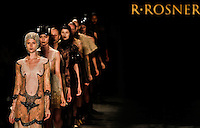 SAO PAULO, SP, 20 DE JANEIRO 2012 - SPFW  - DESFILE GRIFE R.ROSNER - Desfile da grife R.Rosner na São Paulo Fashion Week 2012, no prédio da Bienal, no Parque do Ibirapuera, na zona sul de São Paulo, nesta sexta-feira, 20. (FOTO: VANESSA CARVALHO - NEWS FREE).