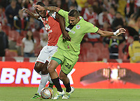 BOGOTÁ -COLOMBIA, 04-06-2016. Baldomero Perlaza (Izq.) jugador de Santa Fe disputa el balón con Jose Moya (Der.) jugador de Cortulúa durante partido de vuelta entre Independiente Santa Fe y Cortulúa por los cuadrangulares finales de la Liga Aguila I 2016 jugado en el estadio Nemesio Camacho El Campin de la ciudad de Bogota.  / Baldomero Perlaza (L) player of Santa Fe struggles for the ball with Jose Moya (R) player of Cortulua during second leg match between Independiente Santa Fe and Cortulua of the finals quadrangular of the Liga Aguila I 2016 played at the Nemesio Camacho El Campin Stadium in Bogota city. Photo: VizzorImage/ Gabriel Aponte / Staff