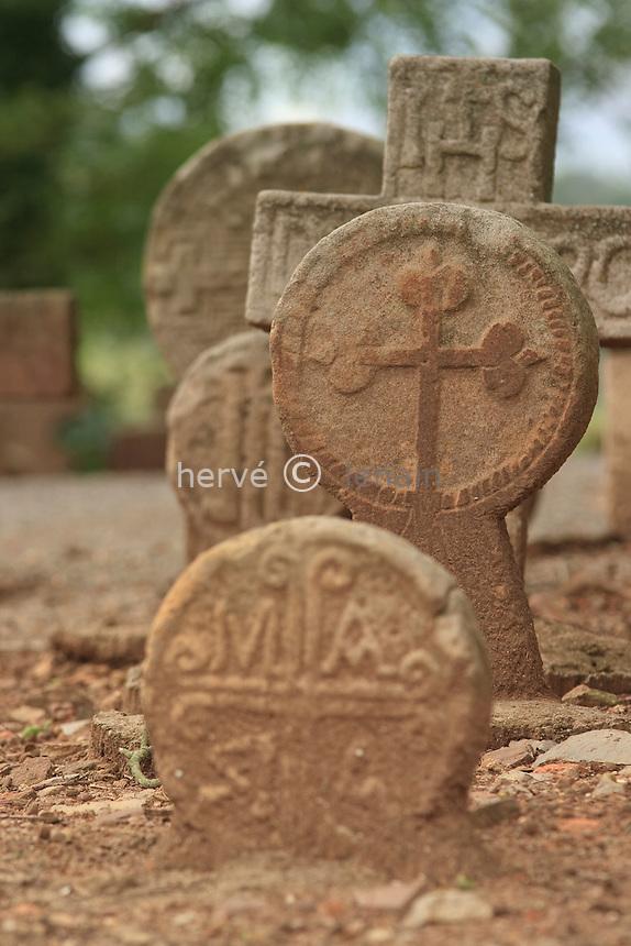 France, Aquitaine, Pyrénées-Atlantiques (64), Irouléguy, chapelle du cimetière avec stèles funéraires discoïdales // France, Aquitaine, Pyrénées-Atlantiques, Irouléguy, chapel of the cemetery with discoidal funerary steles