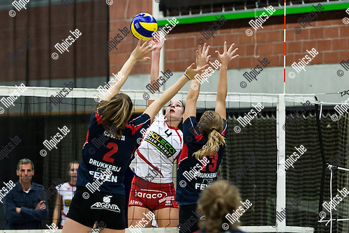 2013-11-09 / Volleybal / Seizoen 2012-2013 / VST Lions-Jaraco As / Laura Declerck (m. As) Evelin Solyomvari (l. Lions) en Sanne Janssen (r. Lions)<br /> <br /> Foto: Mpics.be