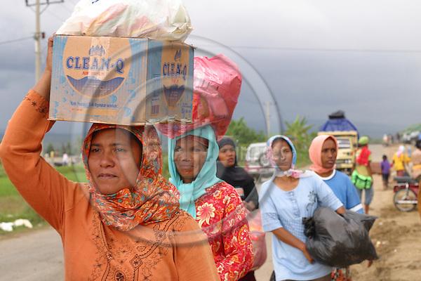Refugeescamp POSKO PERUMMAS camp near the military airport in KAJHU, Banda Aceh. Women carrying water and foodsupply. ..Murat Tueremis.Sigmaringer Str. 14.D-50935 Koeln.Germany.+49-171-5437080.email: murattueremis@t-online.de..B a n k v e r b i n d u n g.D r e s d n e r   B a n k   A G  K o e l n.B L Z : 37080040.K o n t o -N r: 03 399 679 00