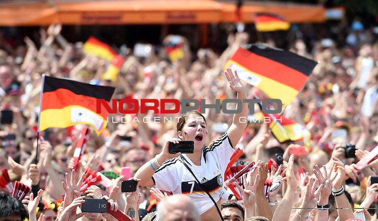 15.07.2015, Brandenburger Tor, Fanmeile, Berlin, Ankunft der deutschen Nationalmannschaft,   <br /> <br /> WM Mannschaft auf der Fanmeile am Brandenburger Tor <br /> <br /> Fan <br /> Foto &copy; nordphoto