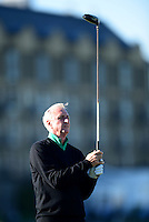 Johan Cruyff tees off during Round 1 of the 2015 Alfred Dunhill Links Championship at the Old Course, St Andrews, in Fife, Scotland on 1/10/15.<br /> Picture: Richard Martin-Roberts | Golffile