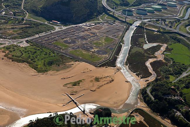 PLAYA DE LA ARENA-REFINERIA DE PETRONOR-REPSOL YPF-MUSKIZ-VIZCAYA. 2008-04-16. (C) Pedro ARMESTRE