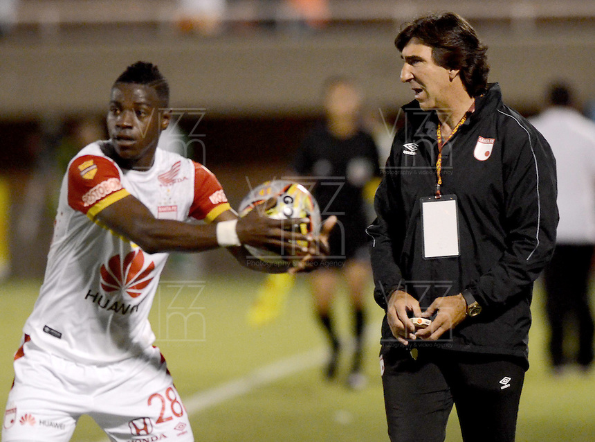 ENVIGADO -COLOMBIA-01-05-2015. Gustavo Costas técnico de Independiente Santa Fe gesticula durante el partido con Envigado FC por la fecha 18 de la Liga Águila I 2015 realizado en el Polideportivo Sur de la ciudad de Envigado./ Gustavo Costas coach of Independiente Santa Fe gestures during the match against Envigado FC match for the 18th date of the Aguila League I 2015 at Polideportivo Sur in Envigado city.  Photo: VizzorImage/León Monsalve/STR