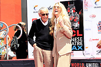Stan Lee mit Tochter Joan Celia Lee bei Stan Lee's Hand and Footprints Ceremony am TCL Chinese Theatre Hollywood. Los Angeles, 18.07.2017