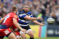 Henry Thomas of Bath Rugby passes the ball. Aviva Premiership match, between Bath Rugby and Worcester Warriors on October 7, 2017 at the Recreation Ground in Bath, England. Photo by: Patrick Khachfe / Onside Images
