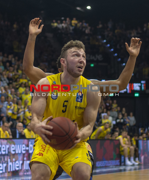10.05.2019, EWE Arena, Oldenburg, GER, easy Credit-BBL, EWE Baskets Oldenburg vs Mitteldeutscher BC, im Bild<br /> 4 Haende....                              Haris HUJIC (EWE Baskets Oldenburg #5 ) Trevor RELEFORD (Mitteldeutscher BC #12 )<br /> <br /> Foto © nordphoto / Rojahn