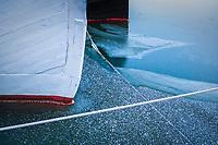 Stäv skuta is vid Riddarfjärden i Stockholm