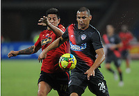 MEDELLÍN -COLOMBIA-20-02-2014. German Cano (Izq) de Independiente Medellín disputa el balón con Samuel Vanegas (Der) del Atlético Junior durante partido de la fecha 6 en la Liga Postobón I 2014 realizado en el estadio Atanasio Girardot de la ciudad de Medellín./ Independiente Medellin player German Cano  (L) fights for the ball with Atletico Junior player Samuel Vanegas (R) during 6th date of Postobon  League I 2014 at Atanasio Girardot stadium in Medellin city. Photo: VizzorImage/Luis Ríos/STR