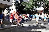 ATENÇÃO EDITOR: FOTO EMBARGADA PARA VEÍCULOS INTERNACIONAIS. RIO DE JANEIRO, RJ, 07 DE OUTUBRO 2012 - ELEIÇÕES 2012 -  Movimentação e divulgação de candidatos em dia de eleição na Av. Nossa Senhora de Copacabana, neste domingo, 07. (FOTO: ISABELA CATÃO / BRAZIL PHOTO PRESS).