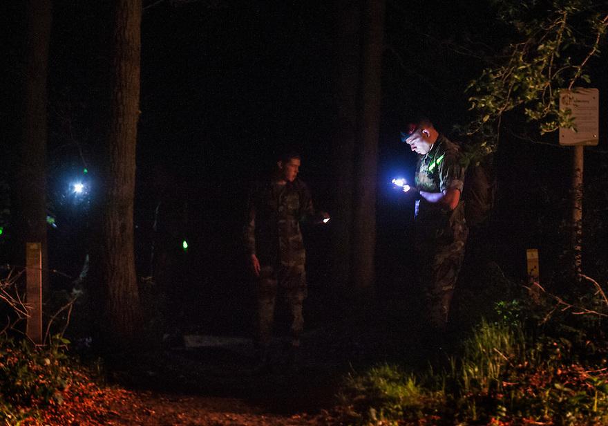 Nederland, Doorn, 8 mei 2013<br /> Politie en Mariniers zoeken naar twee vermiste jongetjes in het bos bij Doorn. Hun vader heeft zelfmoord gepleegd, sindsdien zijn de jongetjes niet meer gezien. 's Nachts wordt het bos nog uitgekamd door mariniers en politie.<br /> Foto(c): Michiel Wijnbergh