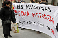 MD25. MADRID, 02/03/2011.- Una mujer observa una pancarta durante la concentración convocada por la Confederación General del Trabajo ante la Embajada de México en España para exigir justicia con las mujeres asesinadas en ese país. EFE/Sergio Barrenechea..