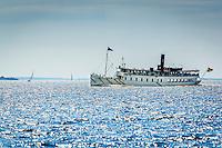 Fartyg på solglittrande skärgårdsfjärd i Stockholms skärgård. / Ship in glittering bay in the Stockholm archipelago Sweden.
