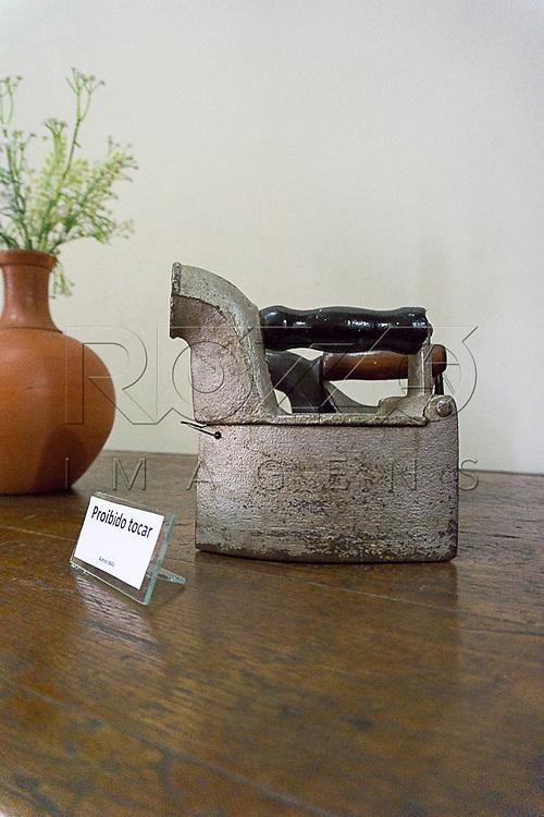 Ferro a carvão em exposição no Museu de Antropologia do Vale do Paraíba, Jacareí - SP, 06/2016.