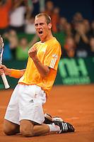 18-9-09, Netherlands,  Maastricht, Tennis, Daviscup Netherlands-France,  Thiemo de Bakker gaat op de knieen na zijn overwinning op Monfils heeft Nederland de leiding met 1-0.