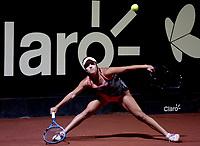 BOGOTÁ-COLOMBIA, 10-04-2019: Maria Camila Osorio de Colombia, devuelve la bola a Kristie Ahn de Estados Unidos, durante partido por el Claro Colsanitas WTA, que se realiza en el Carmel Club en la ciudad de Bogotá. / Maria Camila Osorio of Colombia, returns the ball against Kristie Ahn of Estados Unidos, during a match for the WTA Claro Colsanitas, which takes place at Carmel Club in Bogota city. / Photo: VizzorImage / Luis Ramírez / Staff.