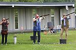 Foto: VidiPhoto<br /> <br /> WEERT - Jagers en sportschutters knallen er woensdag op los bij schietbaan De Wildenberg in het Brabantse Weert, de grootste van ons land; zowel mannen als vrouwen. De schietbanen waar op vliegende 'duiven' van klei geschoten wordt, zijn momenteel enorm in trek, mede doordat het jachtseizoen zaterdag van start gaat. Dan moet er vooraf nog even flink geoefend worden. Behalve dat jagen in populariteit flink is toegenomen, is er eveneens grotere belangstelling voor het schieten als hobby en ontspanning. Daarnaast constateert De Wildenberg een spectaculaire stijging van het aantal recreanten dat komt schieten tijdens vrijgezellenfeest of bedrijfsuitje. Een mogelijke verklaring is dat vooral onder stedelingen er een trend is om op zoek te gaan naar de basis van het bestaan. Daar hoort dan ook bij -naast het zelf plukken en verbouwen van voedsel- het zelf jagen en bereiden van wild.