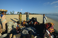 INDIA Andaman Island, Littel Andaman, Hutbay, market women with fish catch at the beach /  INDIEN, Andamanen, Little Andaman, Hut Bay, Marktfrauen mit Fischfang am Strand